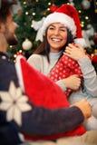 Счастливая девушка удивленная с настоящими моментами на рождестве Стоковое фото RF
