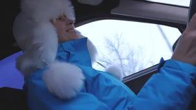 Счастливая девушка управляет танцами автомобиля и смеяться песни петь Зима акции видеоматериалы