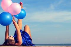 Счастливая девушка glamor с воздушными шарами Стоковое Фото