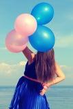 Счастливая девушка glamor с воздушными шарами Стоковое фото RF