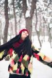 Счастливая девушка joyfully и жизнерадостно повернутый в парк стоковое фото rf