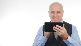 Счастливая деятельность бизнесмена с улыбкой планшета удовлетворяла стоковое фото