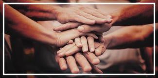 Счастливая добровольная семья кладя их руки совместно стоковые фото