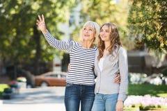 Счастливая дочь идя со старшей матерью в парке стоковая фотография rf