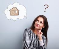 Счастливая думая вскользь женщина в смотреть вверх на доме иллюстрации стоковые фото
