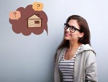Счастливая думая вскользь женщина в eyeglasses смотря вверх на illustra стоковое изображение