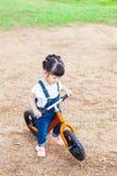Счастливая езда девушки велосипед Стоковые Изображения RF