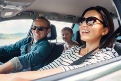 Счастливая езда семьи в автомобиле стоковое изображение rf