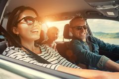 Счастливая езда семьи в автомобиле стоковое фото rf