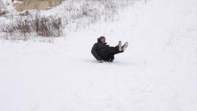 Счастливая езда человека на белых снежных горах и смехе Праздники рождества моделирование характера динамически движение медленно акции видеоматериалы