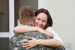 Счастливая жена обнимая ее супруга Стоковая Фотография RF