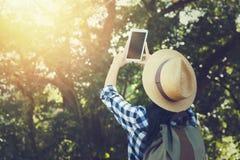 Счастливая женская туристская держа таблетка принимает фото Стоковое Изображение