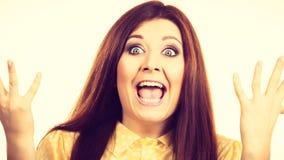 Счастливая женщина выигрывая имеющ везение стоковые фото