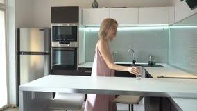 Счастливая женщина выпивая чисто фильтрованную воду от стекла сток-видео