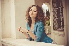 Счастливая женщина в балконе Стоковые Фотографии RF