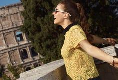 Счастливая женщина в желтой блузке в ликование Риме, Италии стоковое фото