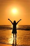 Счастливая женщина в заходе солнца на пляже в Таиланде стоковые фотографии rf