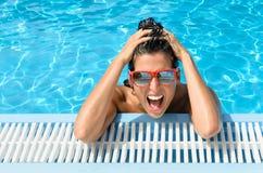 Счастливая женщина в каникуле лета бассеина курорта Стоковое Изображение