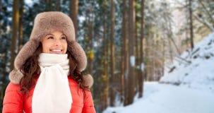 Счастливая женщина в меховой шапке зимы outdoors стоковая фотография rf
