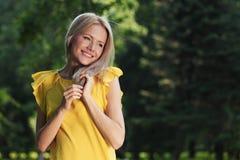 Счастливая женщина в пуще стоковые фотографии rf