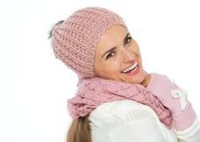 Счастливая женщина в шарфе, шлеме и mittens knit Стоковое Фото