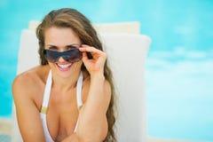 Счастливая женщина в swimsuit ослабляя на шезлонге стоковые фотографии rf