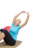 Счастливая женщина делая тренировку пригодности на циновке Стоковая Фотография RF