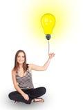 Счастливая женщина держа воздушный шар электрической лампочки Стоковые Изображения RF
