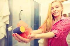 Счастливая женщина держа ролики волос в ванной комнате Стоковая Фотография RF