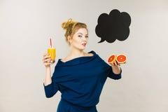 Счастливая женщина держа свежий апельсиновый сок Стоковое фото RF
