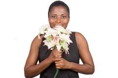Счастливая женщина держа цветки и карточку стоковая фотография rf