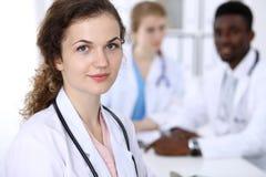 Счастливая женщина доктора с медицинским персоналом на больнице Multi этническая группа людей стоковое изображение rf