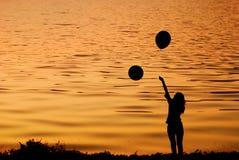 счастливая женщина захода солнца озера скачки Стоковая Фотография