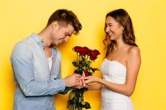 Счастливая женщина идет сделать предложение замужества к ее парню Стоковые Фотографии RF