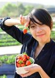 счастливая женщина клубники выбора стоковая фотография rf