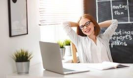Счастливая женщина коммерсантки с компьютером Стоковые Изображения
