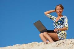счастливая женщина компьтер-книжки стоковое фото