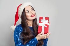 Счастливая женщина моды в расчалках с подарком рождества в руках стоковое изображение rf