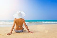 Счастливая женщина наслаждаясь видом на море стоковое фото