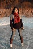 Счастливая женщина наслаждаясь катанием на коньках на замороженном озере Стоковые Изображения RF