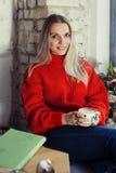 Счастливая женщина наслаждаясь некоторым кофе в кафе стоковые изображения