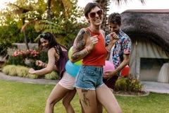 Счастливая женщина наслаждаясь при друзья играя игры Стоковое Фото