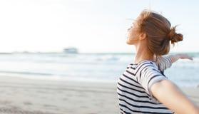 Счастливая женщина наслаждаясь свободой с открытыми руками на море Стоковая Фотография RF