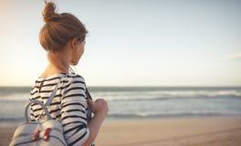Счастливая женщина наслаждаясь свободой с открытыми руками на море Стоковые Фото