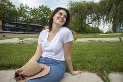 Счастливая женщина на солнечный день стоковое изображение rf