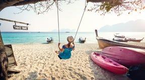 Счастливая женщина на тропическом пляже Стоковое Изображение RF