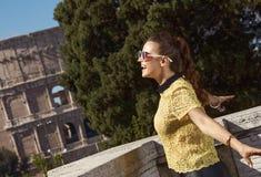 Счастливая женщина не далеко от Colosseum в ликование Риме, Италии стоковые изображения rf