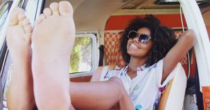 Счастливая женщина ослабляя в фургоне 4k акции видеоматериалы