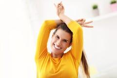 Счастливая женщина ослабляя дома Стоковые Фотографии RF