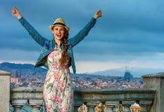 Счастливая женщина перед городским пейзажем ликование Барселоны, Испании стоковая фотография